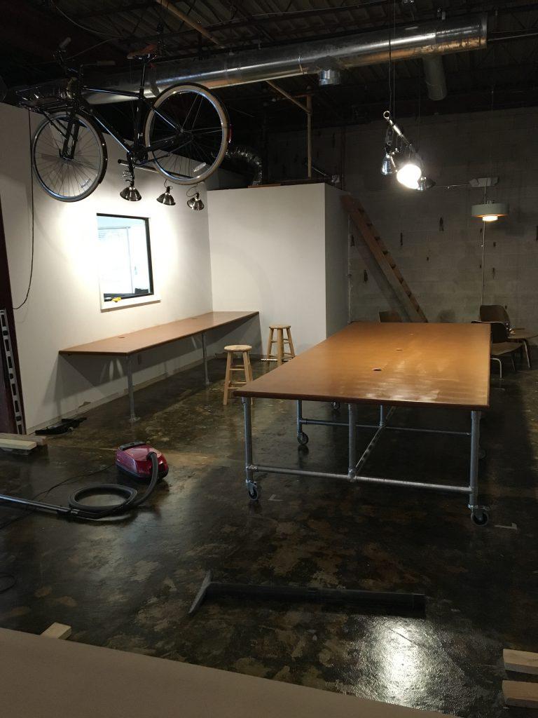 Lareg_table and side_desk